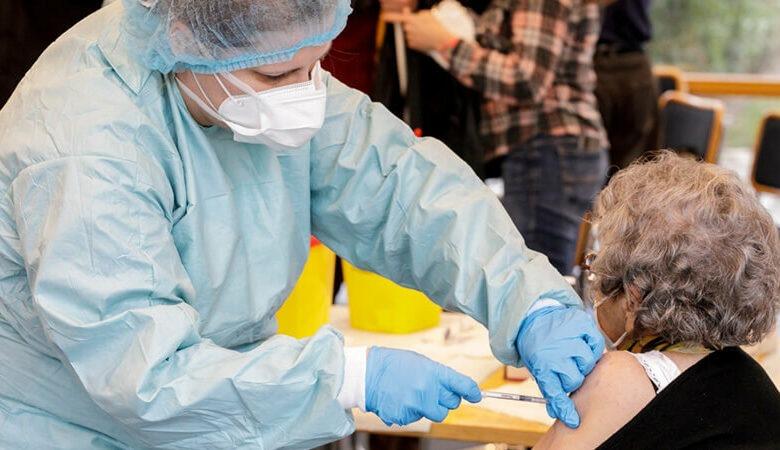 PŘEHLED: Tisíce Čechů hlásí potíže po očkování proti covidu. Podezřelých úmrtí je už 65