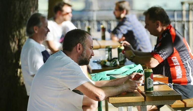 Podávání piva přes plot a další situace. Co se od pondělí může stát v hospodě